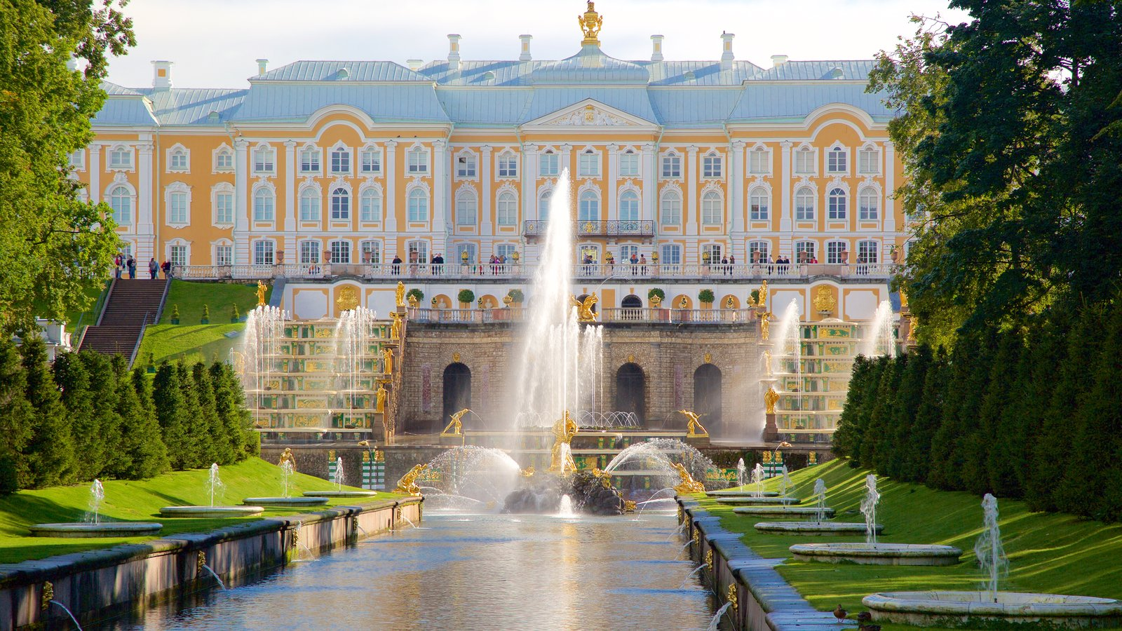 Palácio e Jardins Peterhof mostrando uma fonte e arquitetura de patrimônio