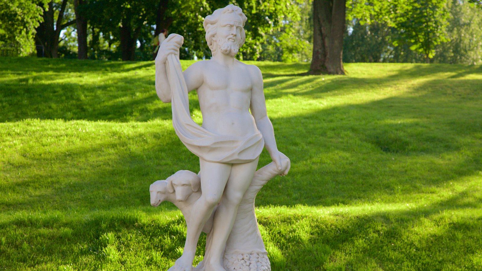 Palácio e Jardins Peterhof mostrando uma estátua ou escultura e um jardim