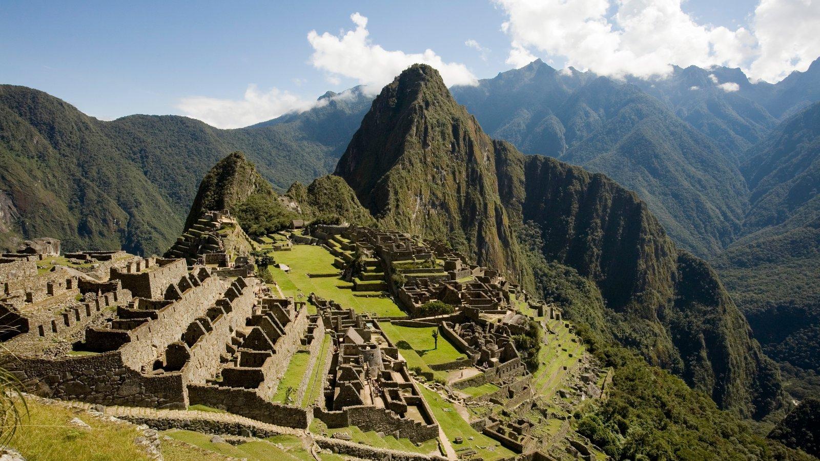 Huayna Picchu mostrando montanhas, cenas tranquilas e elementos de patrimônio