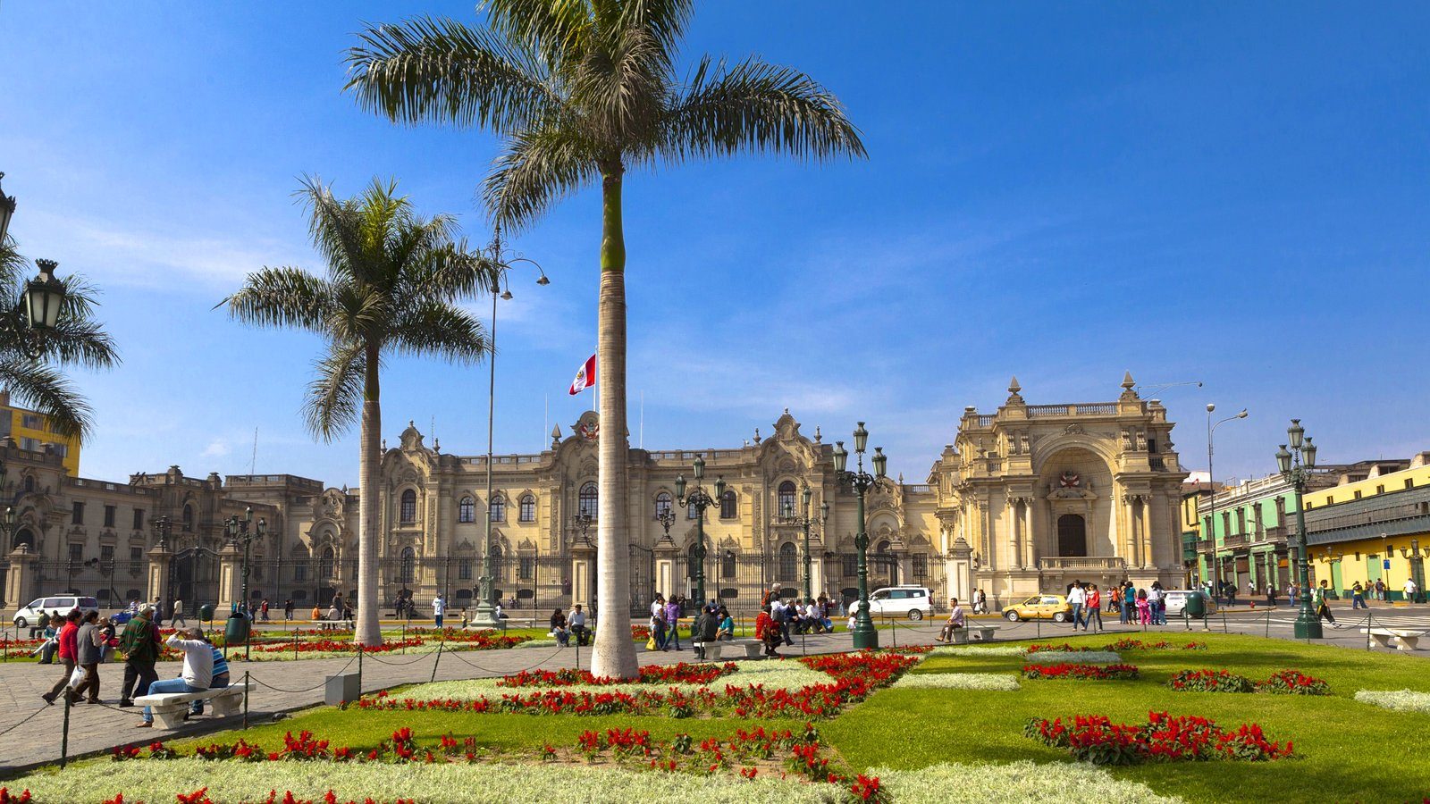 Government Palace showing a garden, heritage elements and an administrative buidling