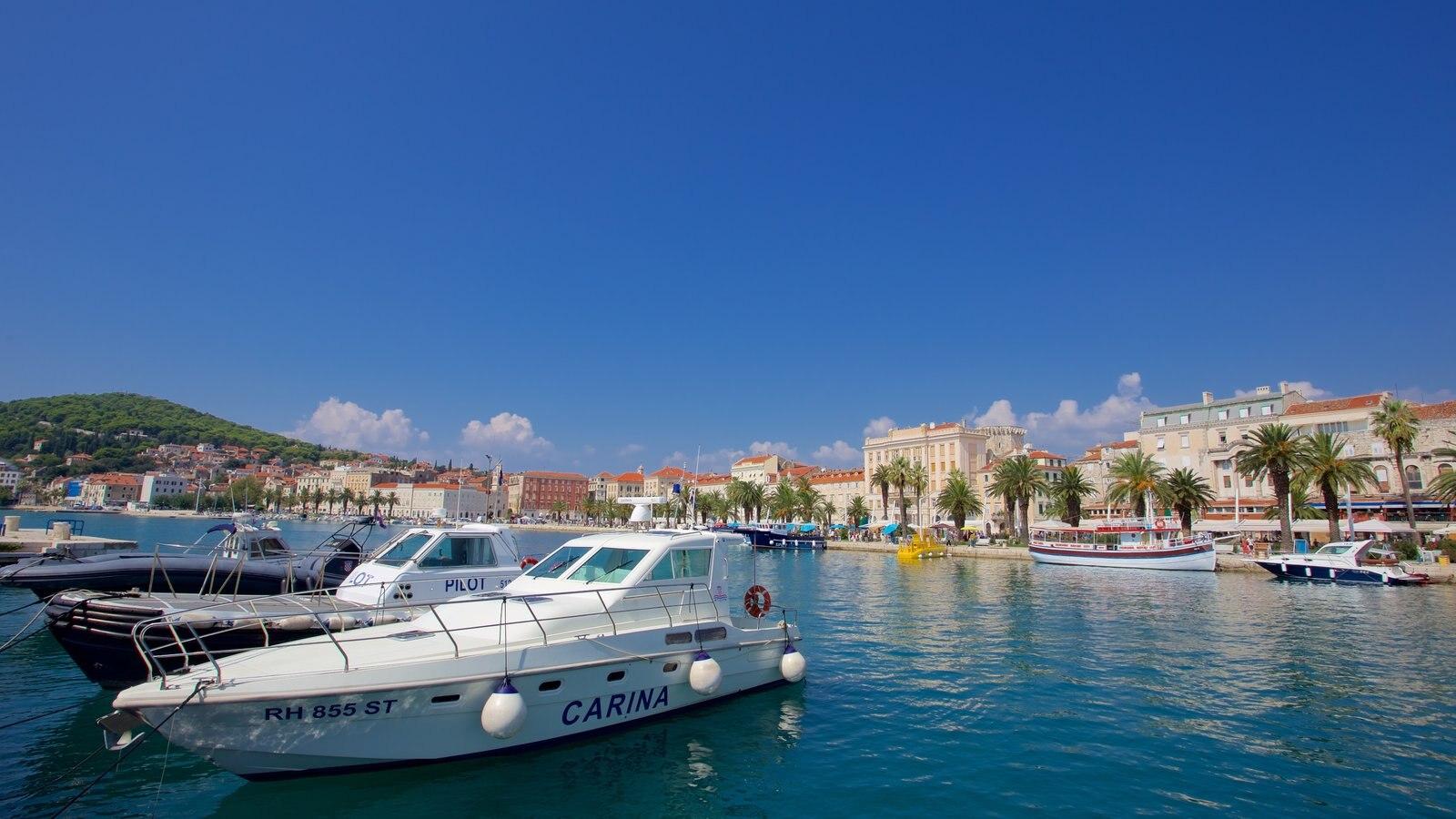 Paseo marítimo Split Riva que incluye una marina