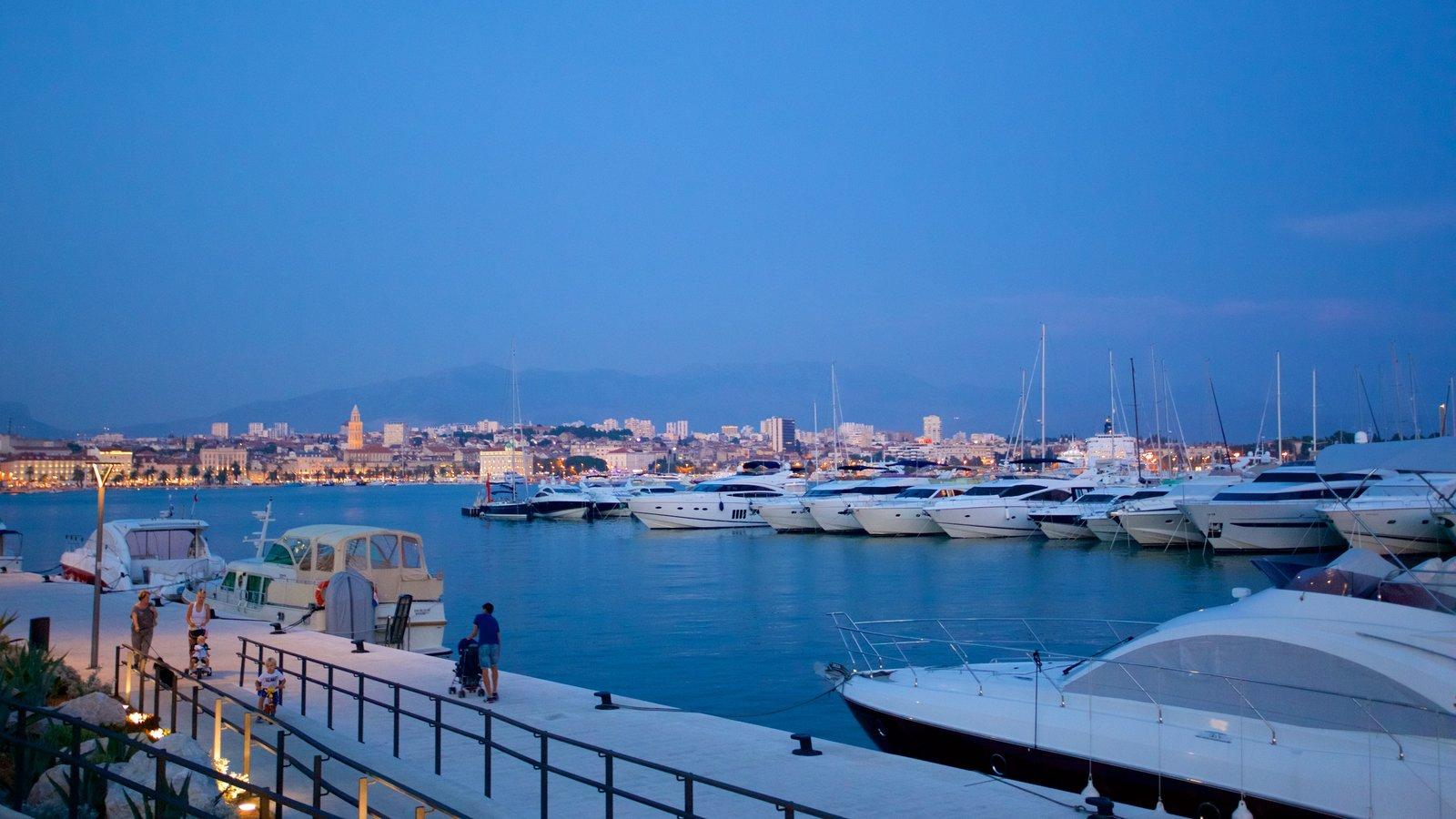 Puerto deportivo ofreciendo escenas nocturnas y una marina