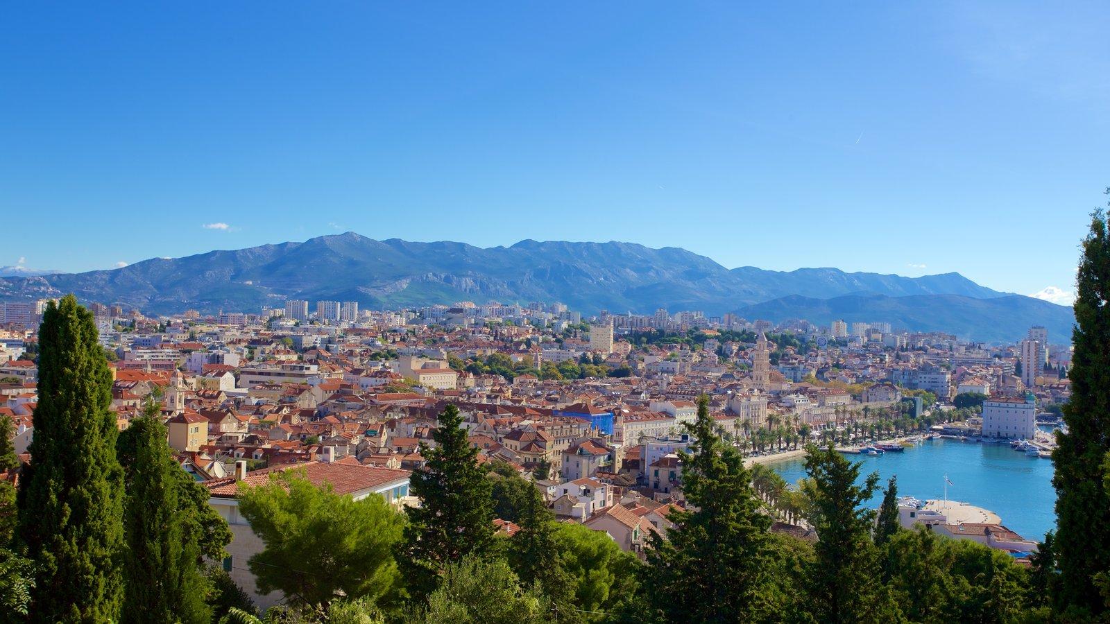 Paseo marítimo Split Riva ofreciendo una ciudad y vistas de paisajes