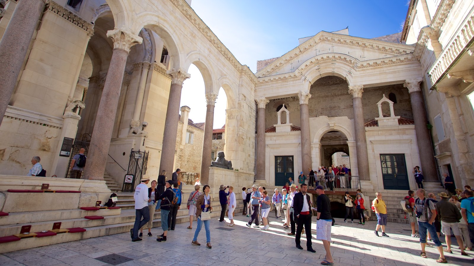 Palacio de Diocleciano que incluye un parque o plaza y también un gran grupo de personas