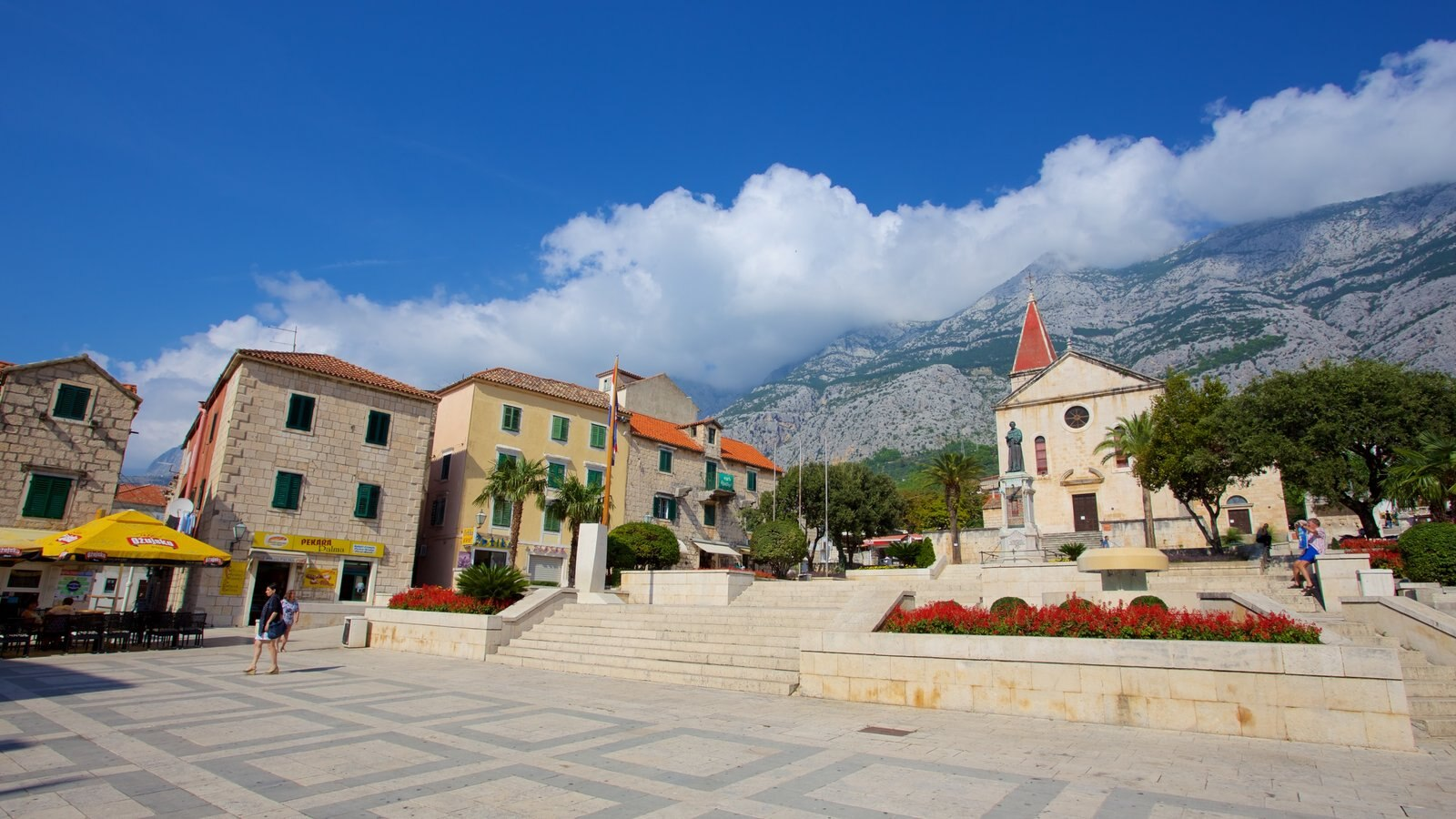 Makarska que incluye un parque o plaza