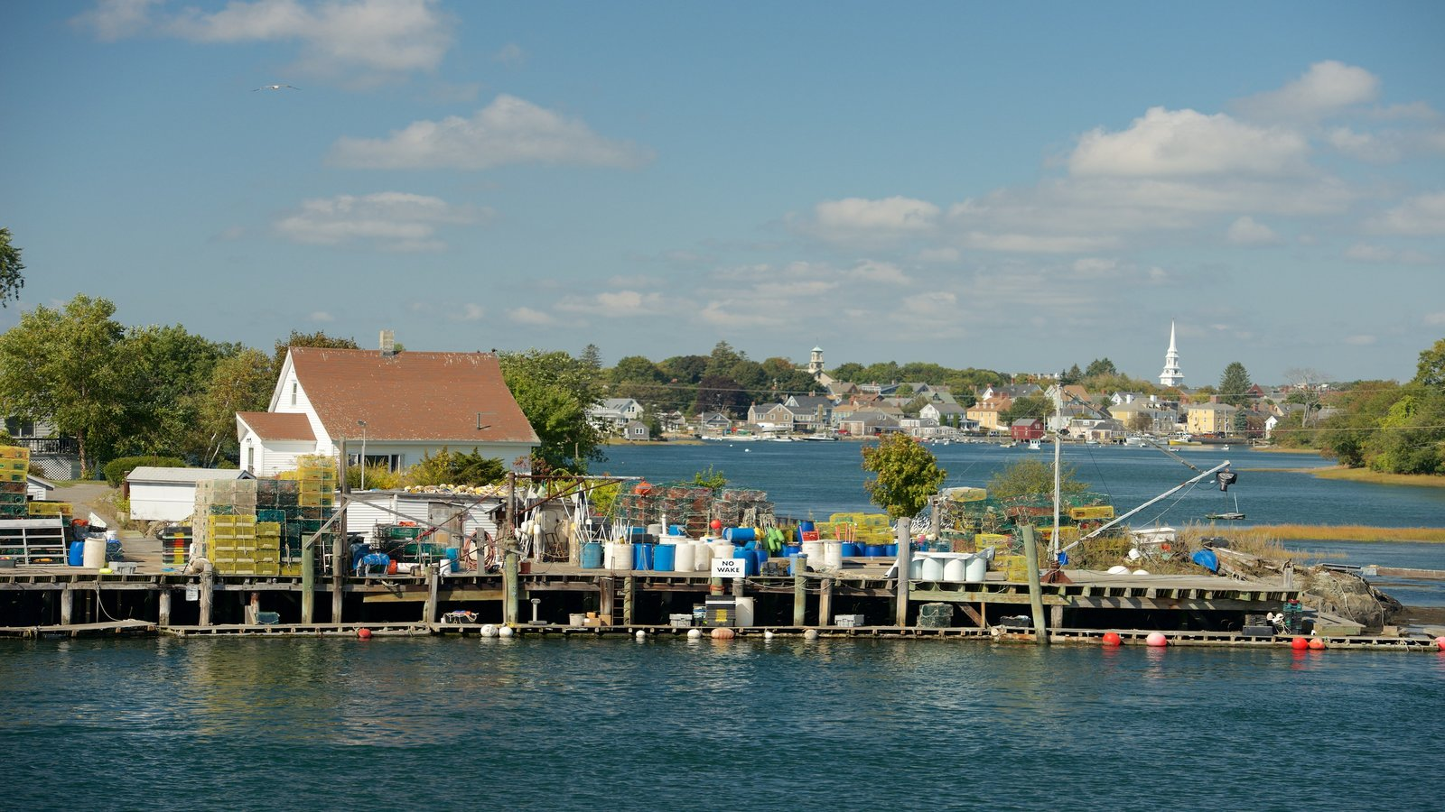 Portsmouth que incluye una ciudad costera y una bahía o puerto