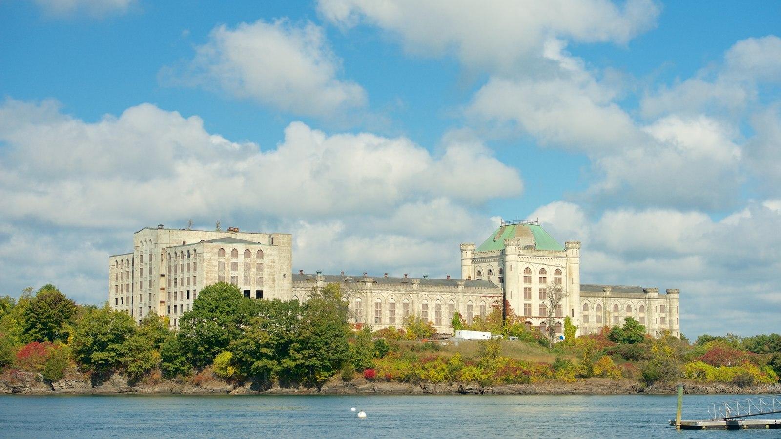 New Castle que incluye castillo o palacio y un río o arroyo