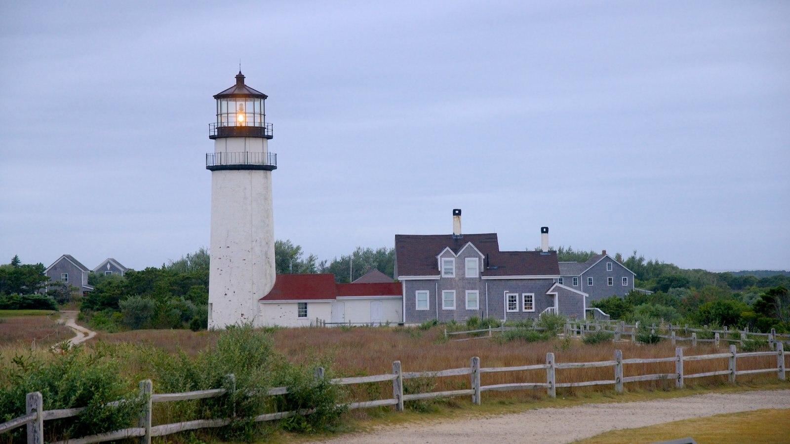 Highland Lighthouse que inclui um farol, paisagens litorâneas e uma casa