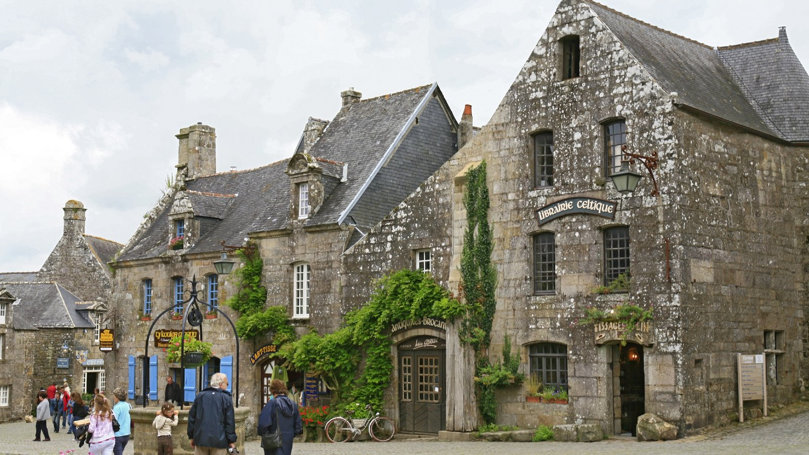 Quimper - Southern Finistere which includes street scenes and heritage elements