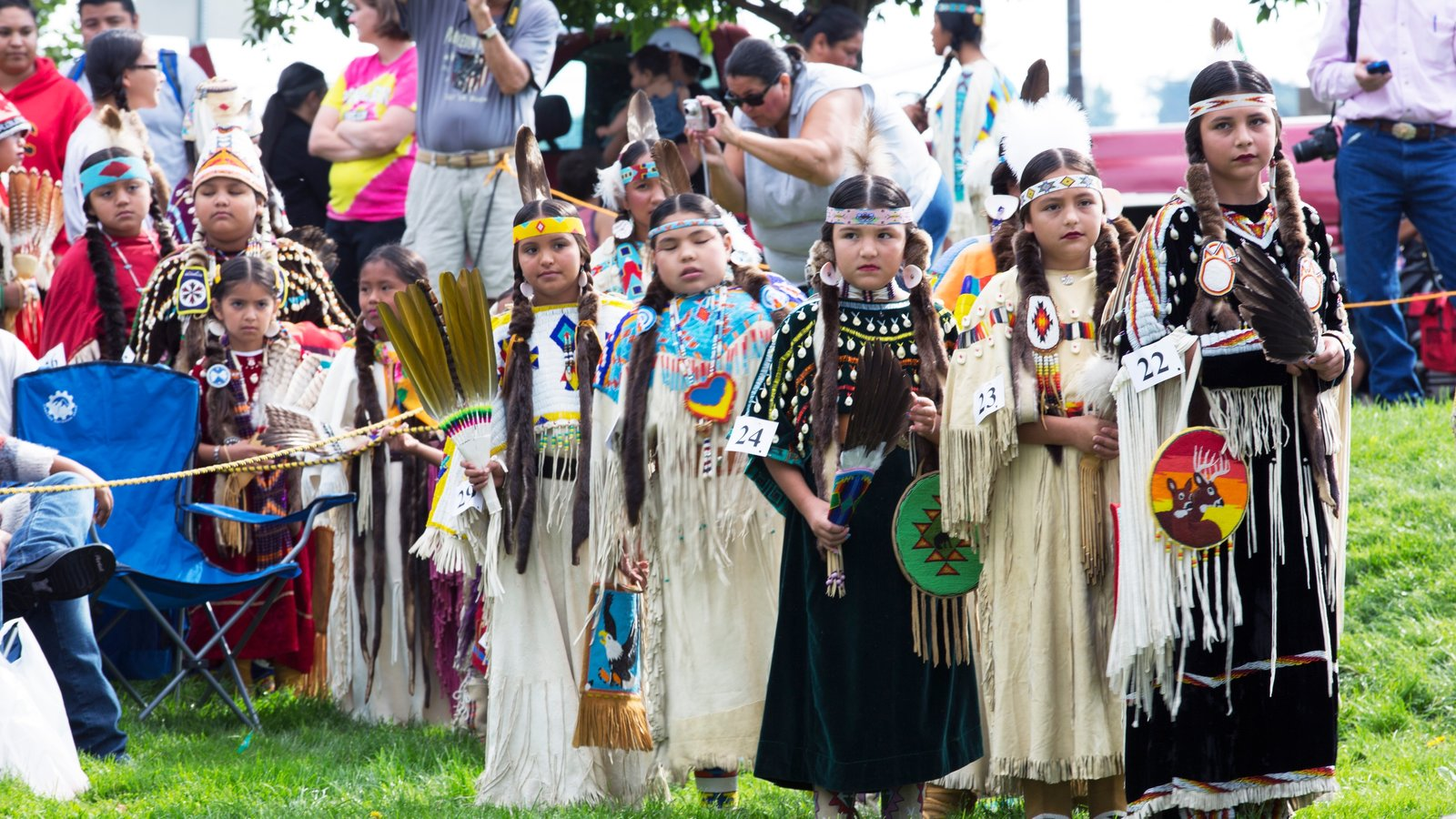 Pendleton mostrando cultura indígena y arte escénica y también niños