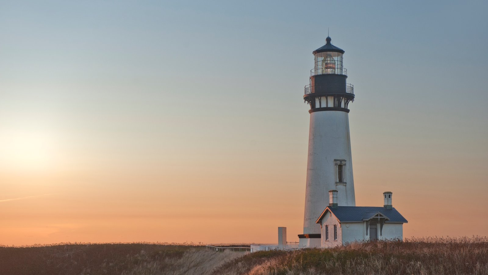 Newport mostrando um farol e um pôr do sol