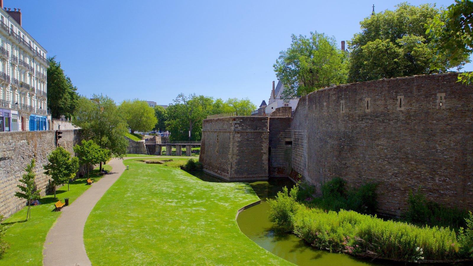 Nantes caracterizando elementos de patrimônio e um parque
