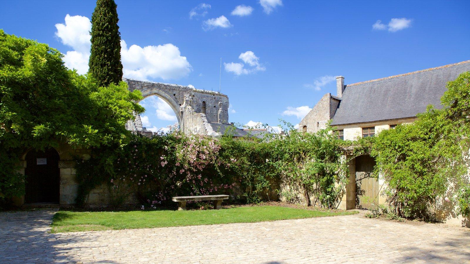 Prieure de St-Cosme caracterizando um jardim e elementos de patrimônio