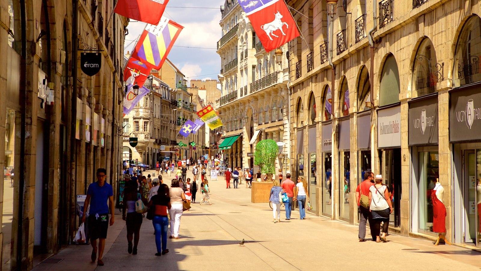 Dijon que inclui elementos de patrimônio e cenas de rua assim como um pequeno grupo de pessoas