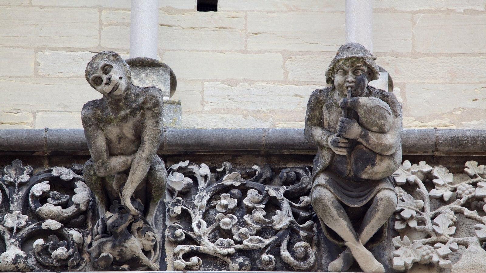 Igreja de Notre Dame caracterizando uma estátua ou escultura e uma igreja ou catedral