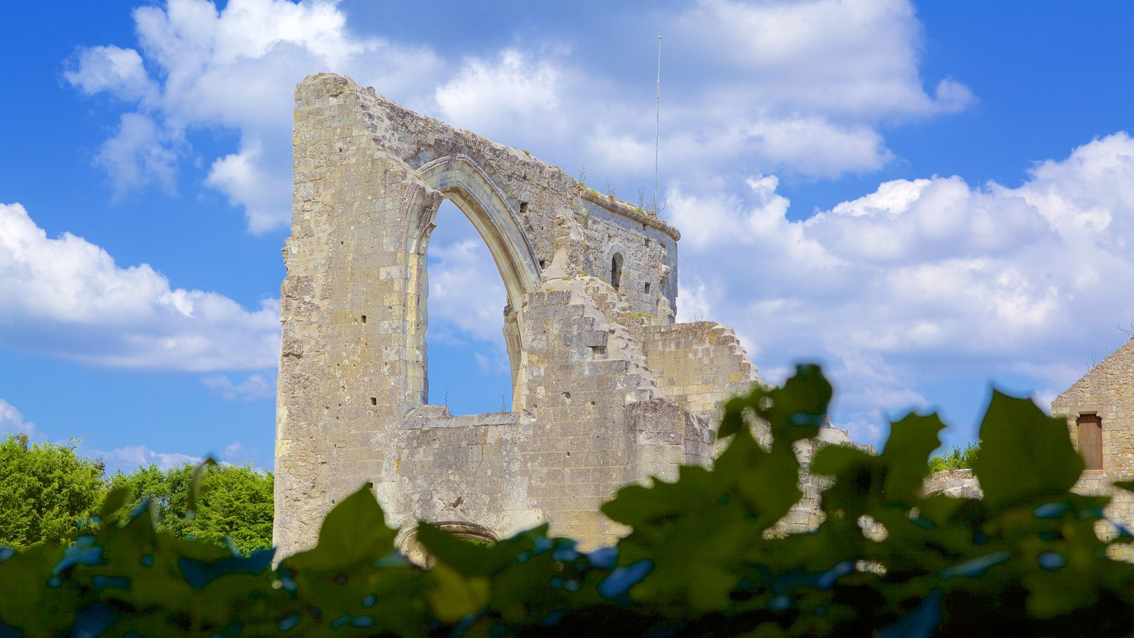 Prieure de St-Cosme caracterizando ruínas de edifício e elementos de patrimônio