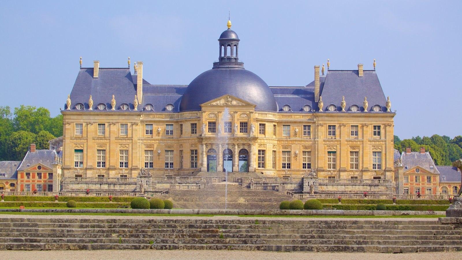 Melun que inclui arquitetura de patrimônio, elementos de patrimônio e um castelo