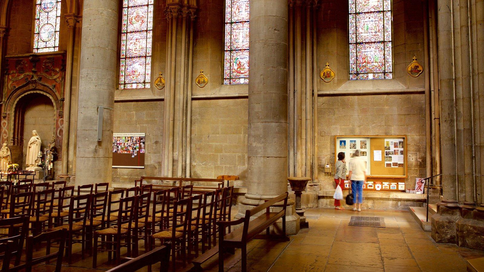 Igreja de Notre Dame caracterizando vistas internas, uma igreja ou catedral e elementos de patrimônio