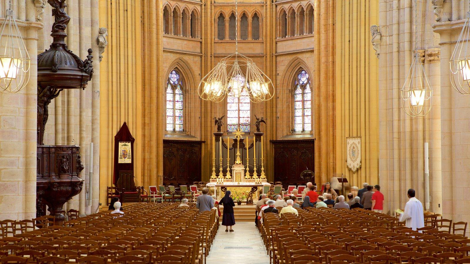 Catedral de Dijon que inclui uma igreja ou catedral, elementos de patrimônio e vistas internas