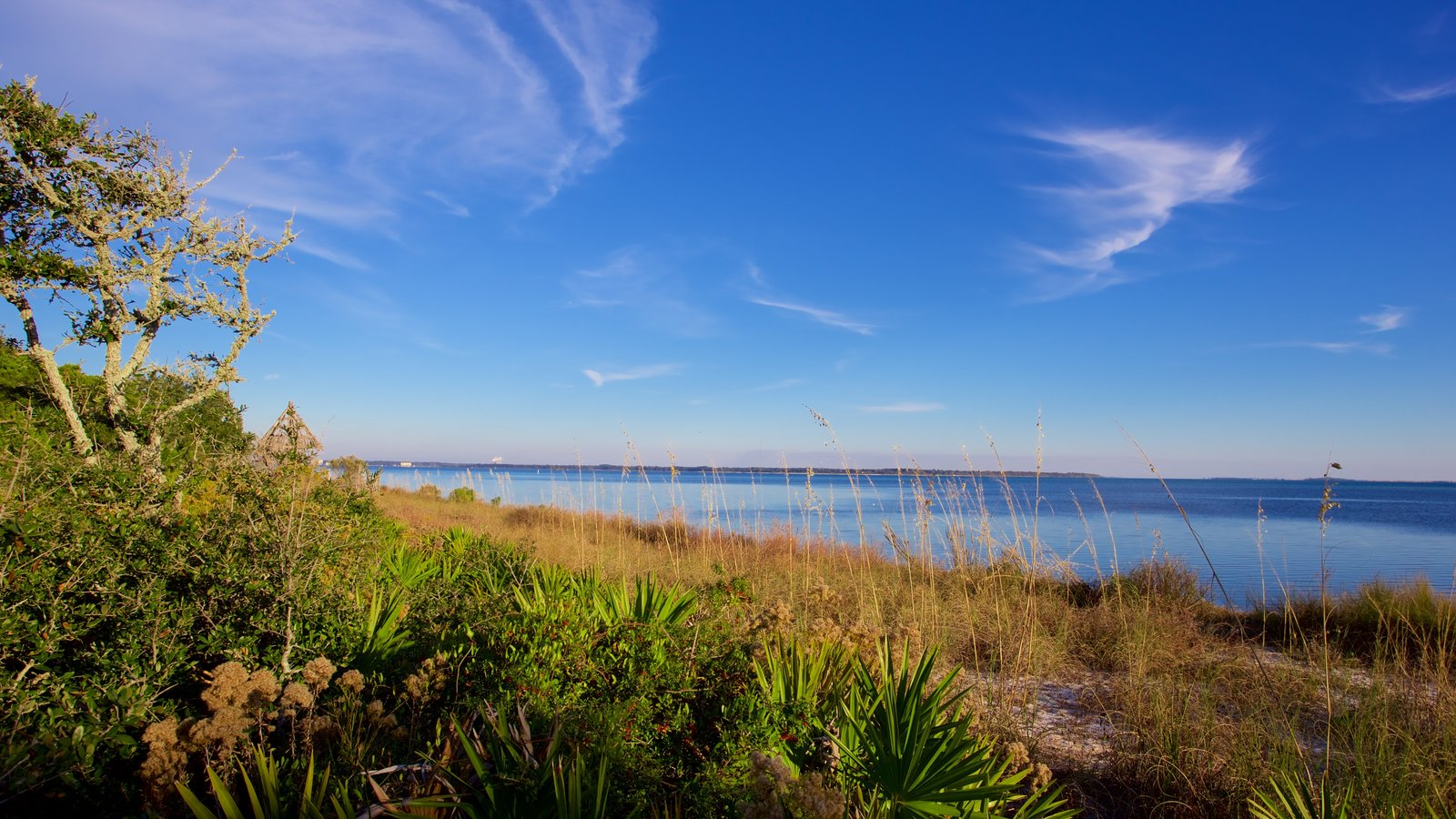Upper Grand Lagoon caracterizando um lago ou charco e cenas tranquilas