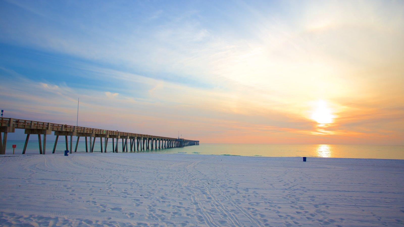 Pier Park mostrando uma praia de areia e um pôr do sol