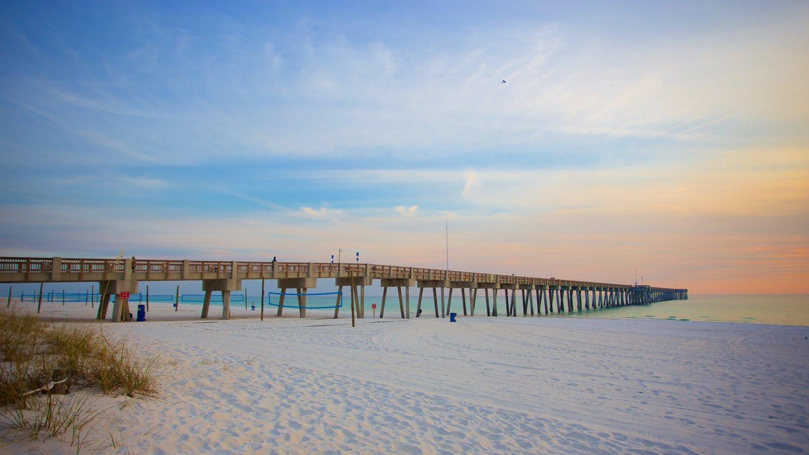 Pier Park caracterizando um pôr do sol e uma praia de areia