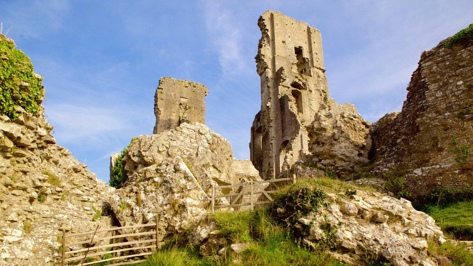 Corfe Castle que incluye escenas tranquilas, ruinas de edificios y elementos del patrimonio