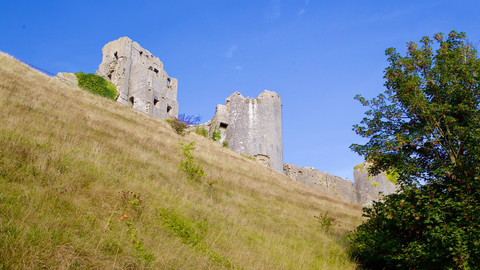 Corfe Castle showing heritage elements, tranquil scenes and a ruin