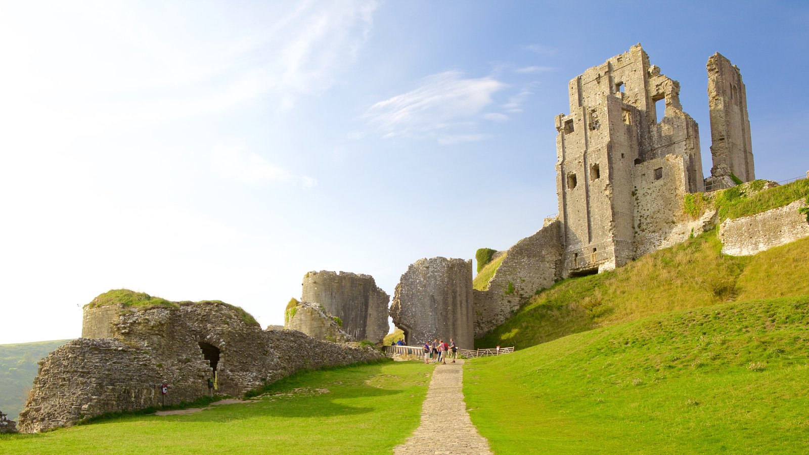 Corfe Castle showing tranquil scenes, a ruin and heritage elements