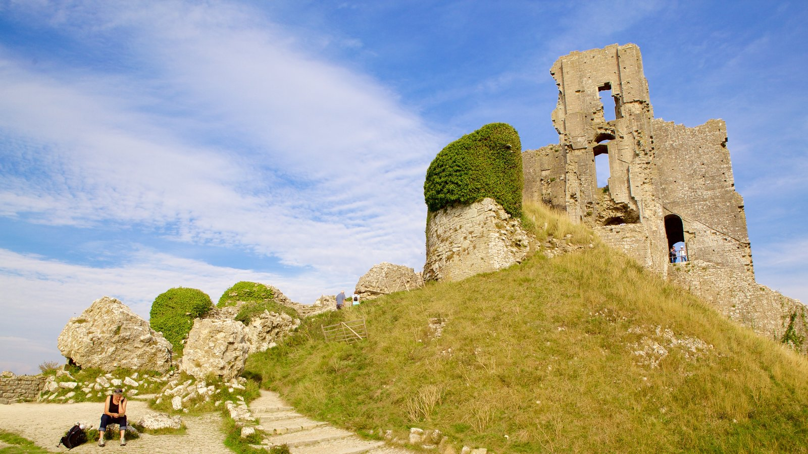 Corfe Castle featuring heritage elements, tranquil scenes and building ruins