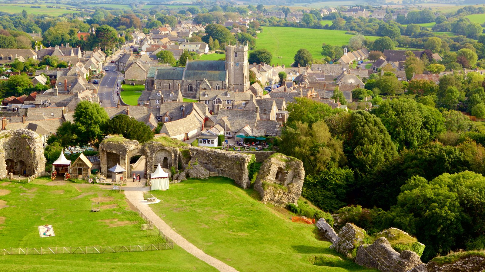 Corfe Castle showing a small town or village