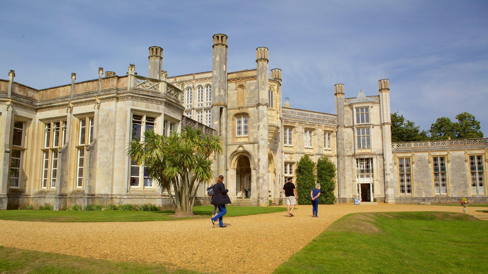 Highcliffe Castle caracterizando arquitetura de patrimônio, elementos de patrimônio e um jardim