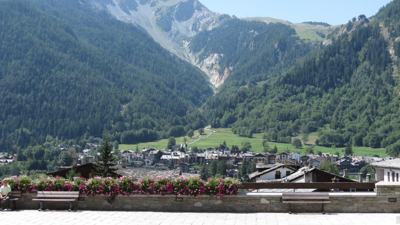 Courmayeur ofreciendo montañas y una pequeña ciudad o pueblo