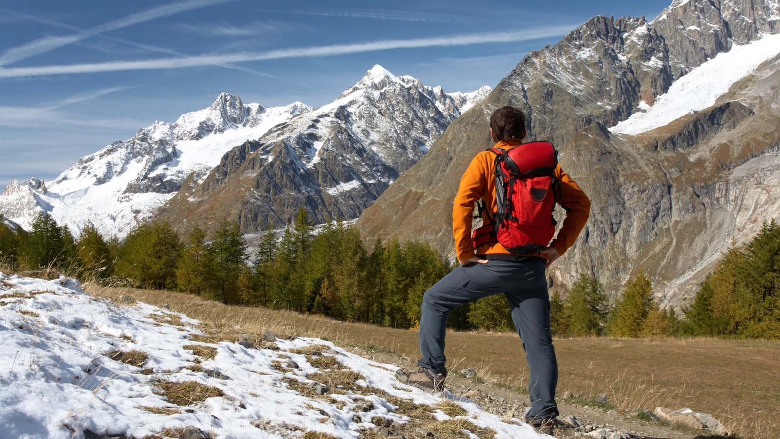 Courmayeur mostrando senderismo o caminata, nieve y montañas