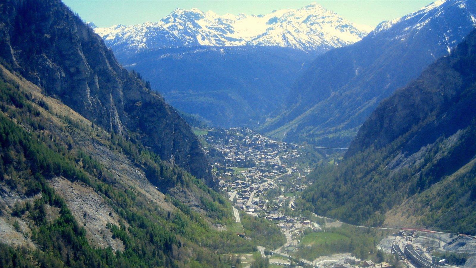 Courmayeur ofreciendo vistas de paisajes, montañas y una pequeña ciudad o pueblo