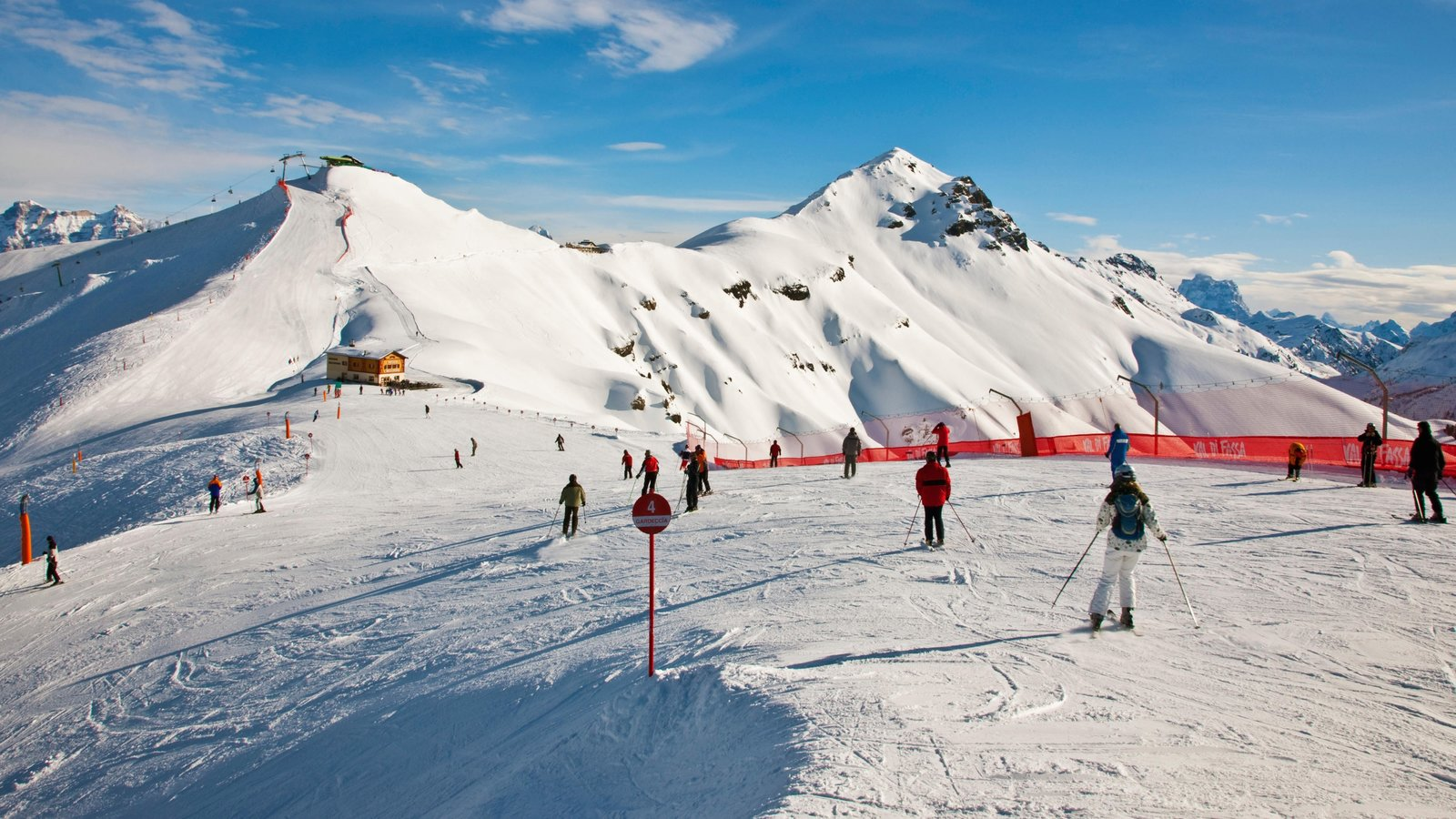 Canazei mostrando neve, esqui na neve e montanhas