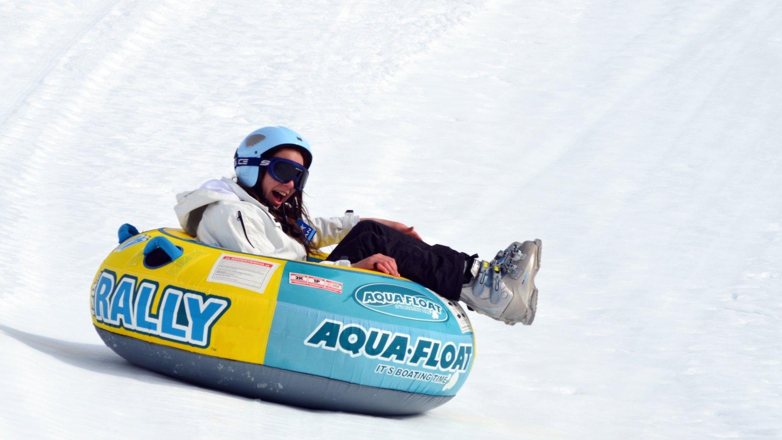 Bariloche mostrando snowtubing e neve assim como uma mulher sozinha
