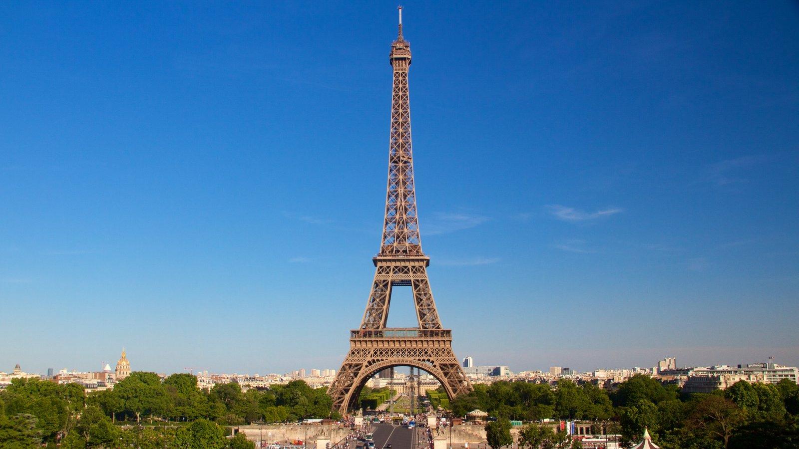 Torre Eiffel caracterizando linha do horizonte, elementos de patrimônio e arquitetura de patrimônio