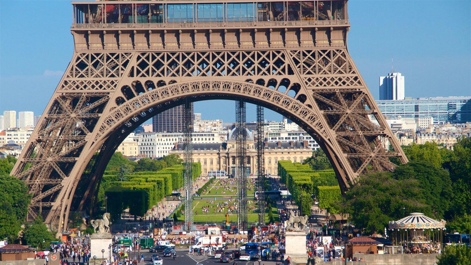 Torre Eiffel que inclui uma cidade, elementos de patrimônio e arquitetura de patrimônio
