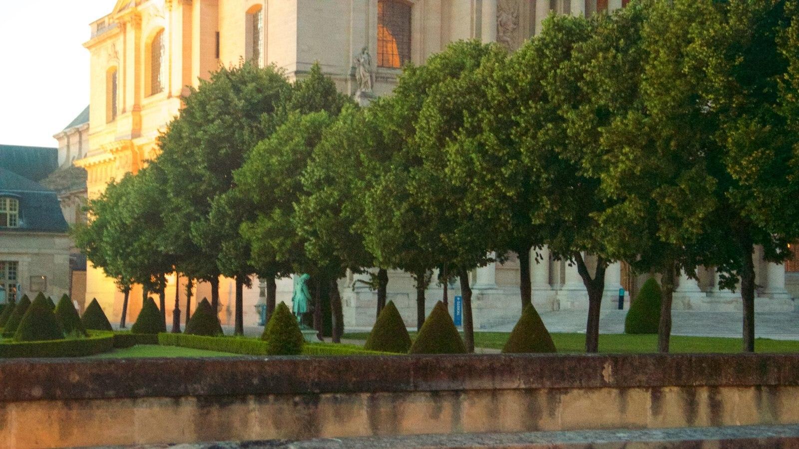 7º Arrondissement mostrando um jardim e elementos de patrimônio