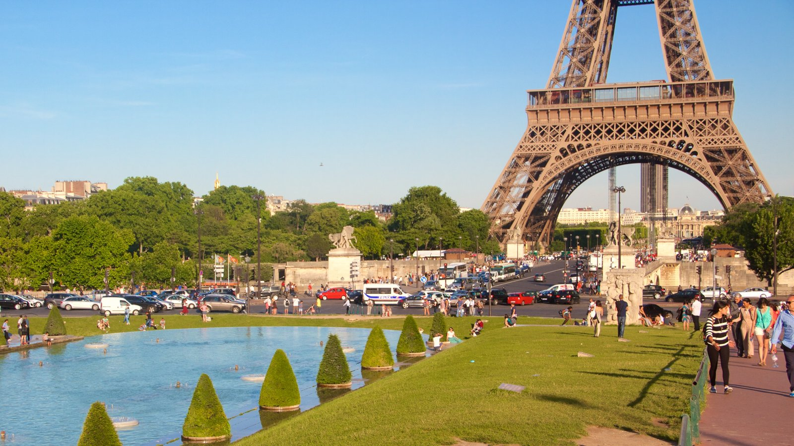 Torre Eiffel que inclui um jardim, elementos de patrimônio e um monumento