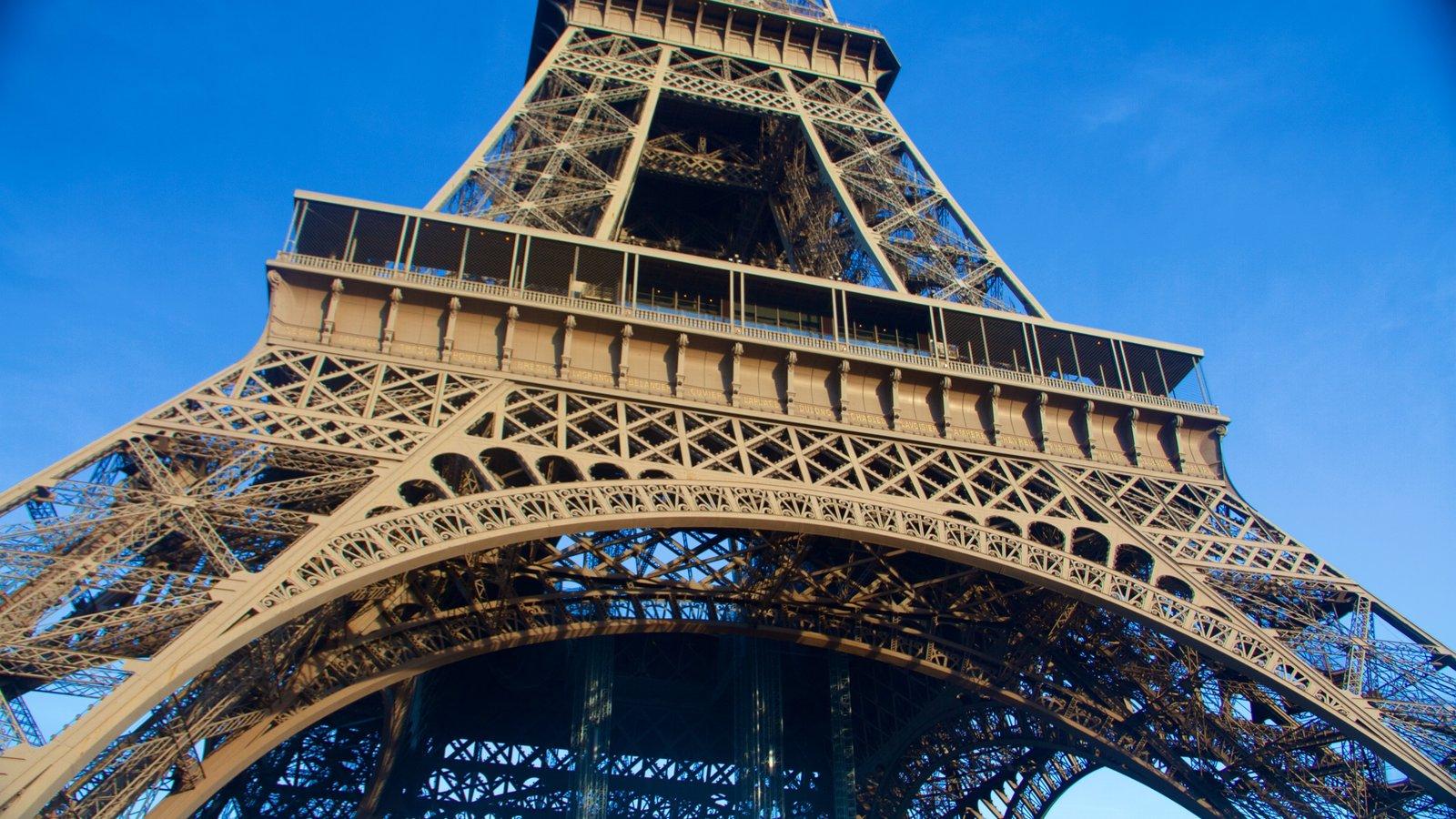 Torre Eiffel que inclui um monumento e elementos de patrimônio