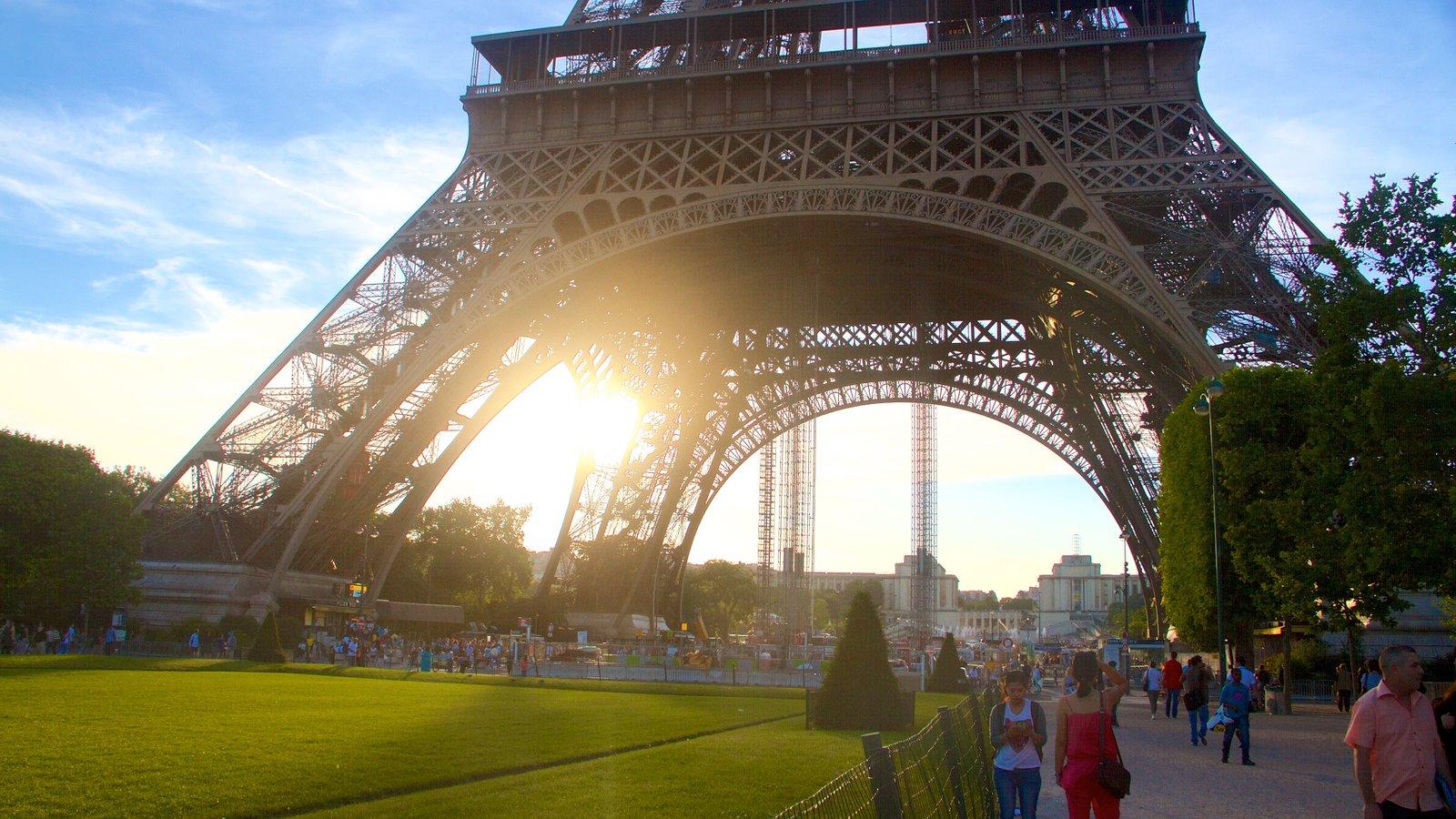 Torre Eiffel que inclui um monumento, elementos de patrimônio e um jardim