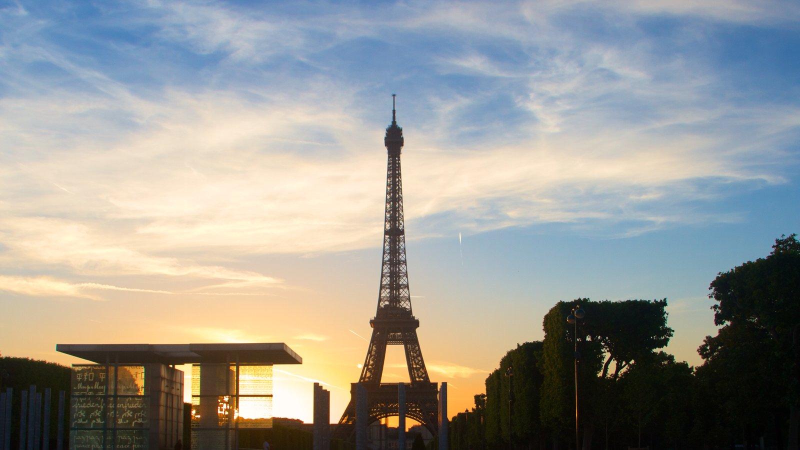 Torre Eiffel caracterizando um pôr do sol, elementos de patrimônio e um monumento