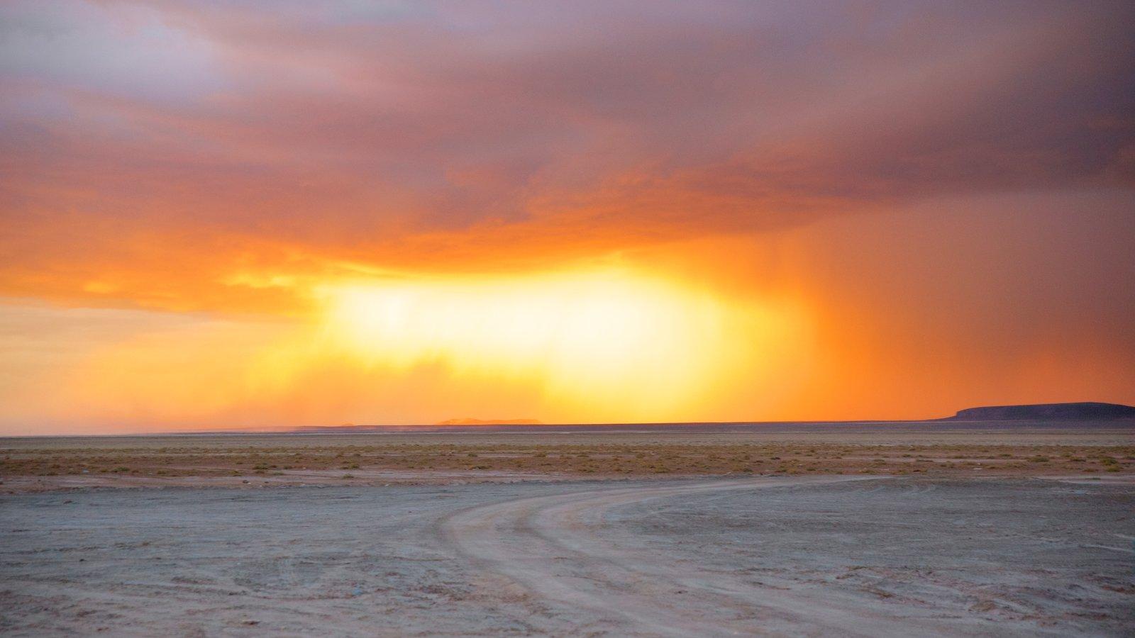 Salar de Uyuni mostrando cenas tranquilas e um pôr do sol