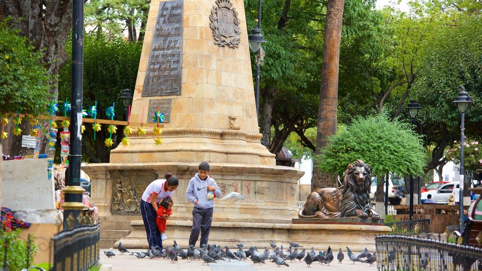 Plaza de 25 de Mayo mostrando vida das aves e uma estátua ou escultura