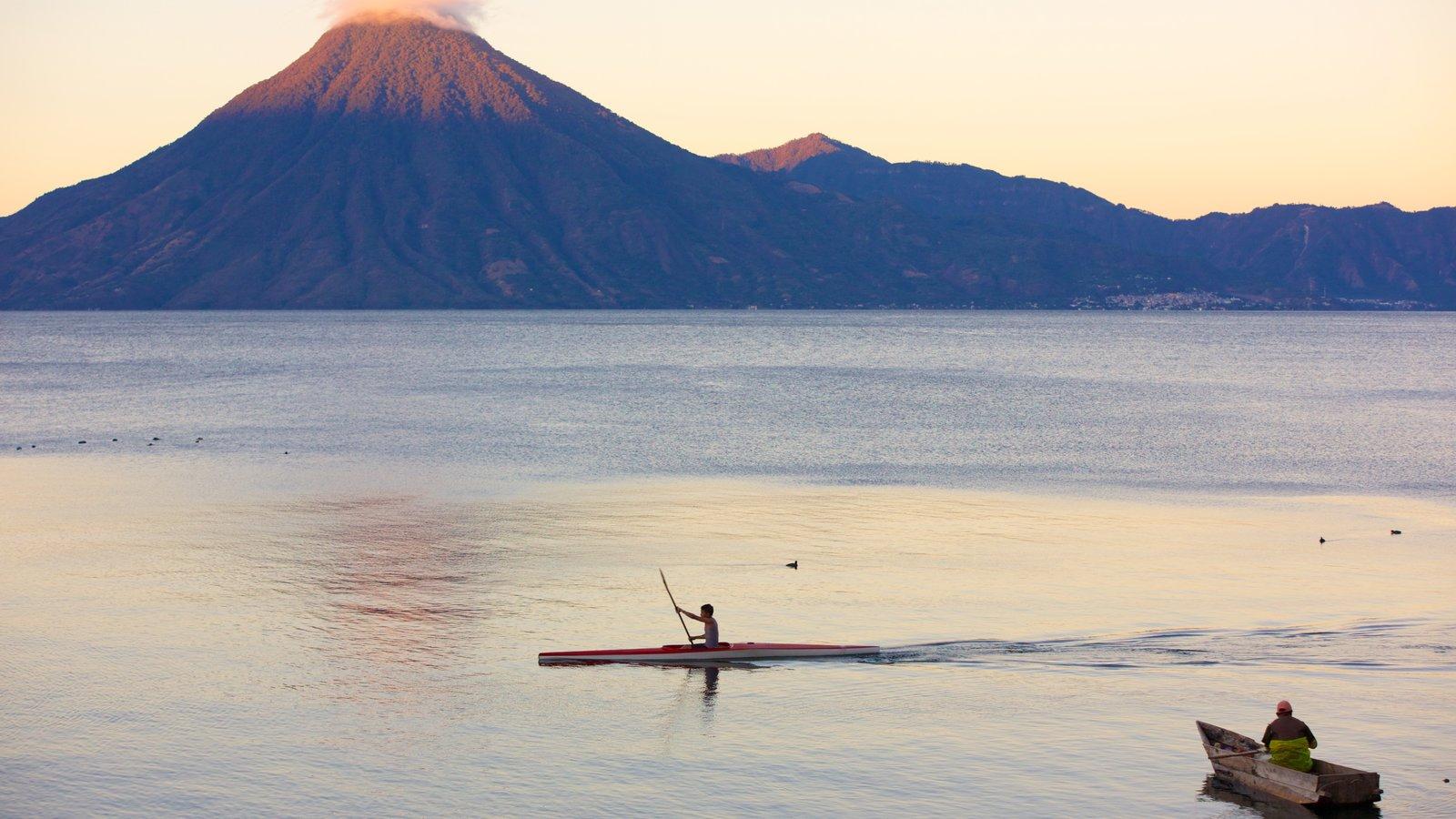 Volcán San Pedro ofreciendo montañas, vistas generales de la costa y kayak o canoa