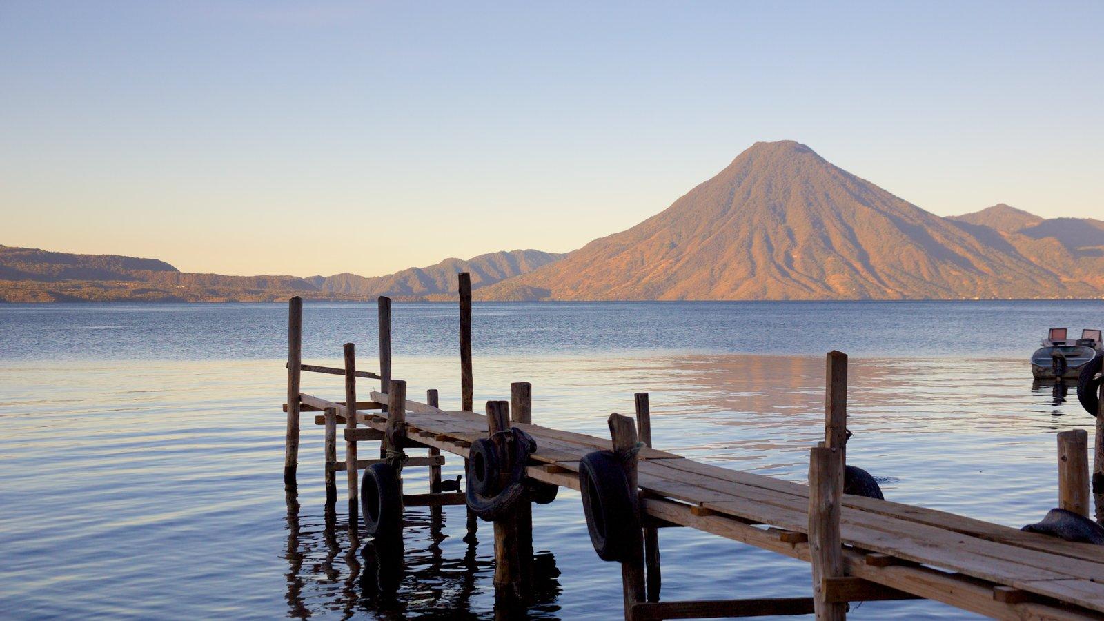 Volcán San Pedro que incluye montañas, vistas generales de la costa y una bahía o puerto