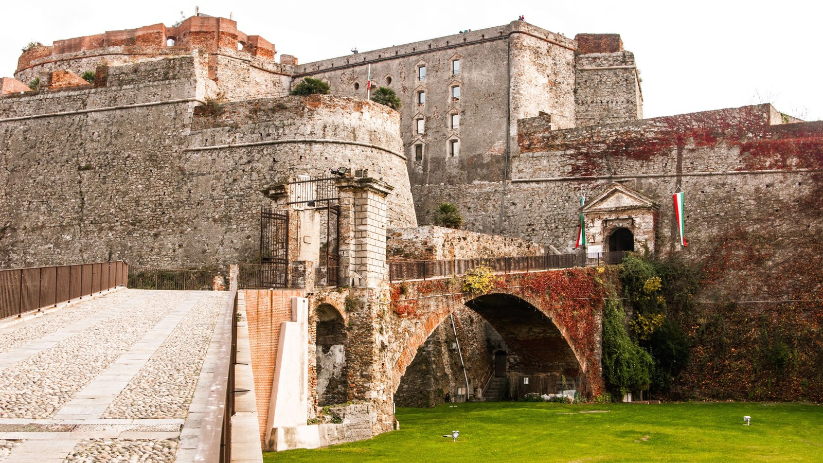 Savona mostrando elementos de patrimônio e itens militares
