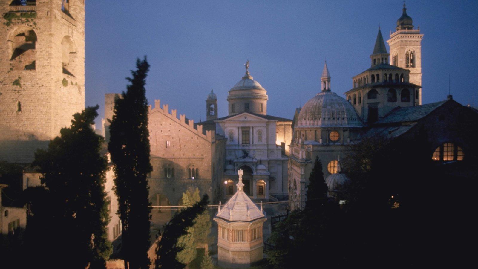 Bérgamo caracterizando uma cidade, cenas noturnas e arquitetura de patrimônio